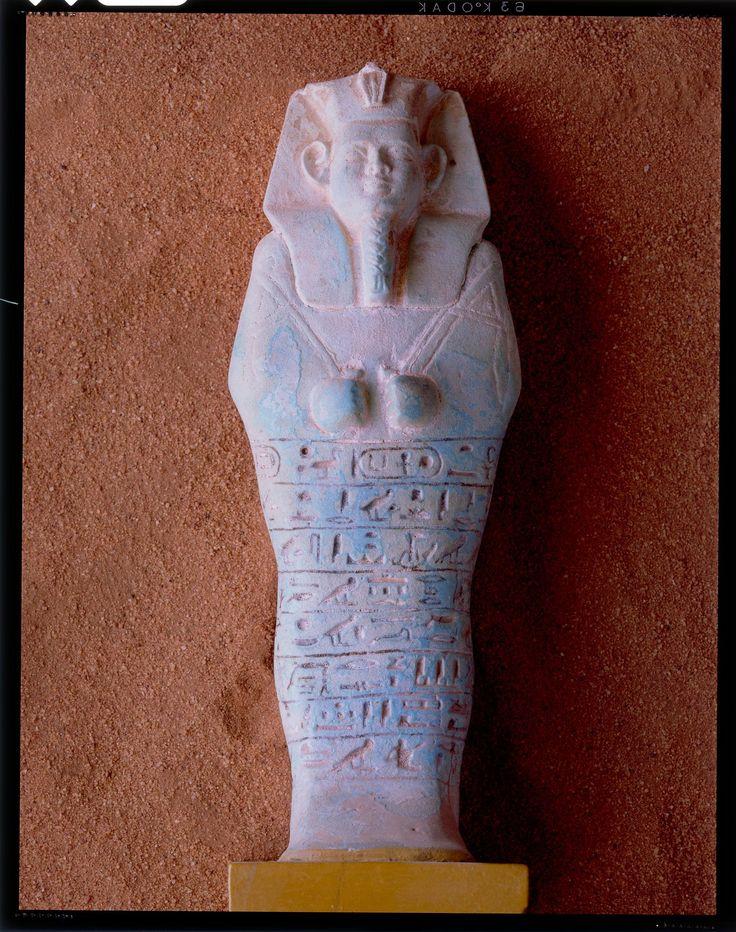 Jean-Michel VOGE - Soudan - Pharaons Noirs ,fin du voyage , avec l'arrivée à GEBEL BARKAL entre la troisième et quatrième cataracte du Nil au nord Soudan . Au pieds de ce promontoire rocheux a été édifié le temple d'AMON au cours de la vingt cinquième dynastie égyptienne (- 775 à - 660 avant jc ). Ce piton rocheux est très imposant si bien que pour les égyptiens il est la manifestation de la divinité. A son pied une stèle dorée renvoyait les rayons du soleil de son lever à son coucher