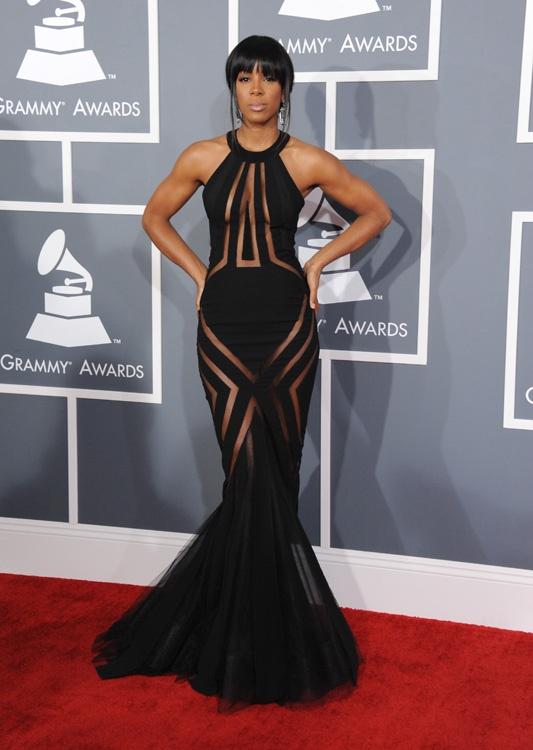 Kelly Rowland, la ex Destiny's Child apostó por un vestido de Alta Costura de Goerges Chakra donde jugaba con transparencias, geometría y un corte sirena en negro que es lo que esperamos ver en los Grammy.