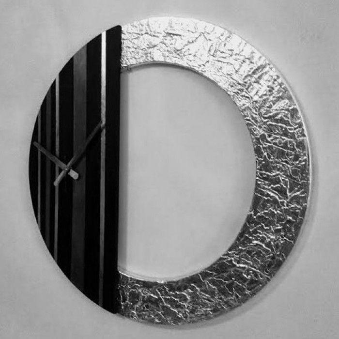 Χειροποίητο διακοσμητικό ρολόι τοίχου (minimal) φτιαγμένο με ακρυλικό μαύρο χρώμα, μεταλλικό ανθρακί και φύλλο ασημί. Πάστα διαμόρφωσης που δημιουργεί ανάγλυφη επιφάνεια στο εξωτερικό του κύκλου με εντυπωσιακό design. Τελος έχει περαστεί με βερνίκι σατινέ για την προστασία και όμορφο φινίρισμα. Oι δείκτες του ρολογιού είναι μεταλλικοί και ο μηχανισμός του αθόρυβος. Διαστάσεις: 60/60cm και 80/80cm