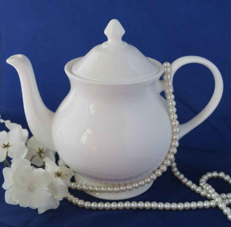 A classic crisp white Duchess bone china teapot. Perfect for afternoon tea or a vintage wedding. It would make fabulous wedding present. by Alexsprettyvintage on Etsy