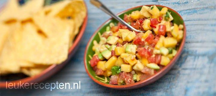 Feestelijke en kleurrijke Mexicaanse salsa dip met avocado, mango en tomaat.