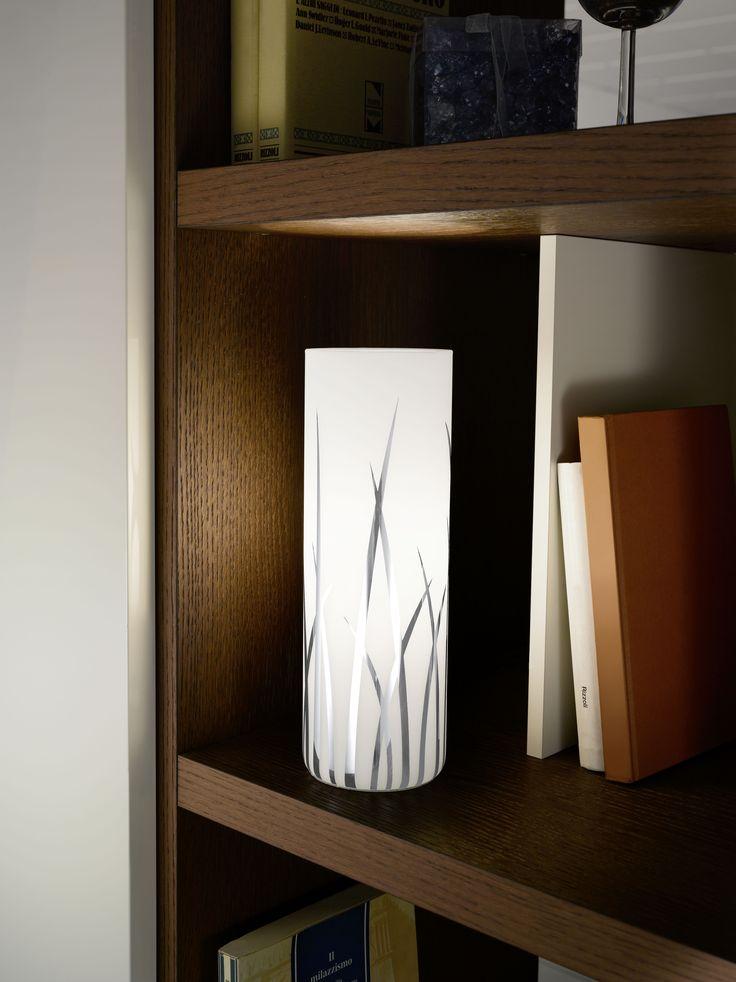 Presentamos a la línea RIVATO. Con cilindros de cristal satinado este modelo destaca por su elegancia y con aplicaciones metalizadas sin duda atraerá todas la miradas. Decora tu hogar con colgantes de 1 y 3 luces, apliqué y sobremesa (en fotografía)