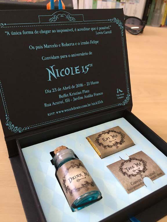 Caixa convite personalizada com o tema Alice no país das maravilhas. Um formato diferente e especial para cativar seus convidados e fazer eles entrarem no clima da festa.