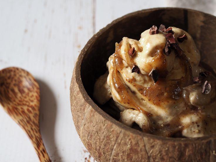 Nicecream med jordnötssmör och salted caramel sauce - ceciliafolkesson.se – Naturlig mat & Hälsa