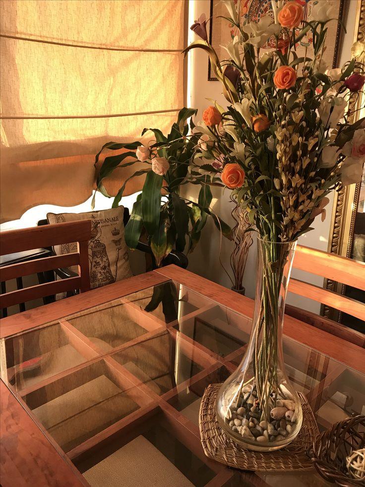 Mesa de comer vidrio arreglo de floras sintético.