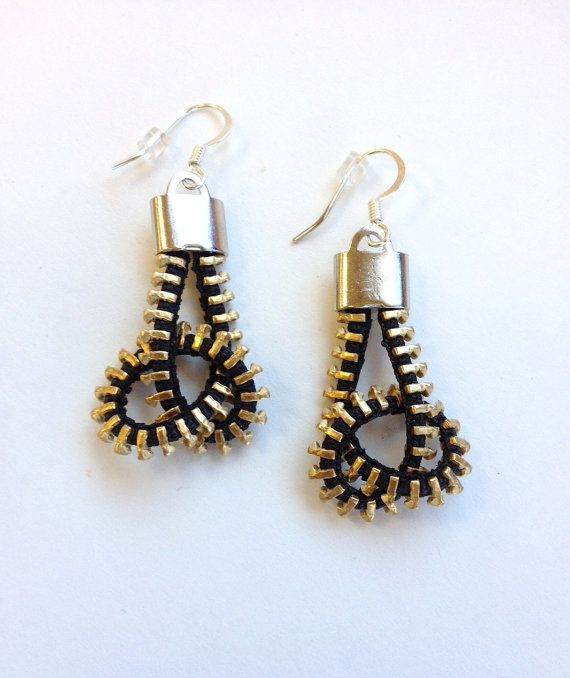 Twisted Pretzel Zipper Earrings por ArtologieDesigns en Etsy, $25.00