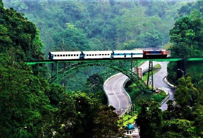 Nikmati Keindahan Alam Sumatera Barat dari Jendela Kereta