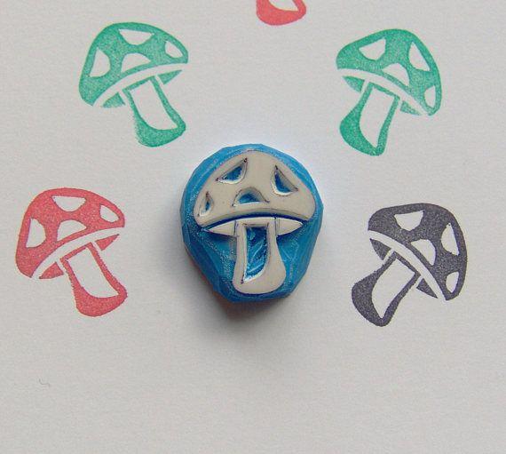 Timbro di gomma - smontato intagliato a mano. Timbro di gomma di fungo carino Forma- Timbro di gomma di funghi / timbro di gomma di funghi di bosco: Dimensioni: 1,8 x 2,1 cm Timbro di gomma di gomma smontata fungo Progetti di artigianato - idee: Fungo di progetti, mestieri di funghi, funghi adesivi, etichetta di fungo, fungo, compleanno progetti, progetti fai da te matrimonio, vacanza, amore della ragazza, timbro di gomma di mestiere, timbro di gomma di fungo del terreno boscoso, graz...