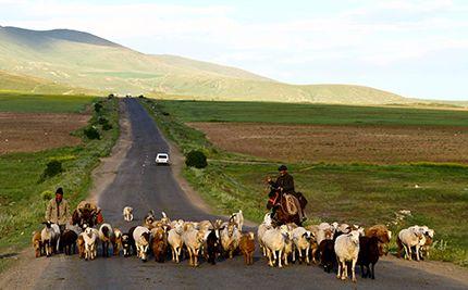 #Armenia - Il viaggio ci porta a girovagare in un territorio prevalentemente montuoso, tra paesaggi rurali e gente semplice. Qui si trova uno sconfinato numero di monasteri.