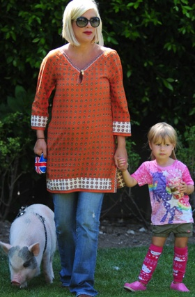 Tori Spelling's daughter, Stella, wearing BabyLegs!