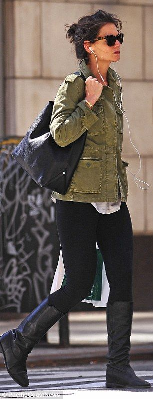 Katie Holmes sported black leggings that showed off her toned legs, teamed with a comfy cotton shirt
