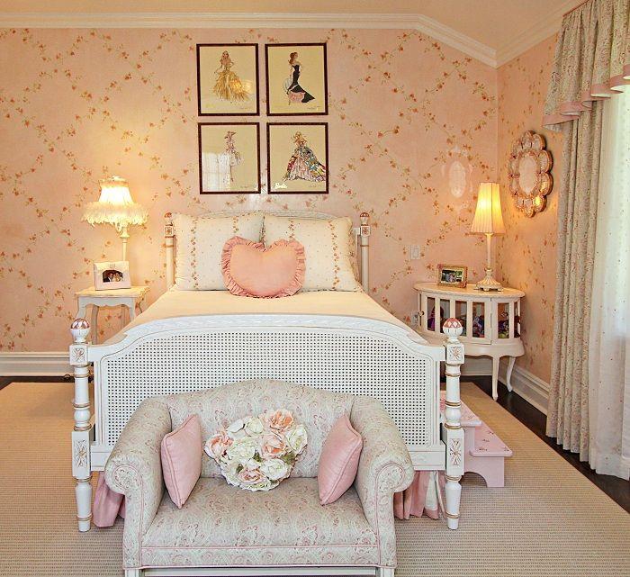 Интерьер спальни оформлен в интересных персиковых тонах, создает уютную атмосферу теплого солнечного дня.