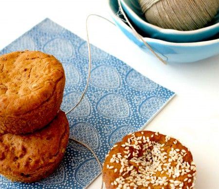 En hyggelig lille bolle, som er nem at have med i madpakken. De kan laves i en metal form som disse eller mere flade og større og derved bruges som sandwichboller.  De kan fint spises uden noget på, er fryseegnet og kan fyldes med alt fra dadler til chokoladestykker. Opskriften er #glutenfri, hvedefri, ægfri, nøddefri, peanutfri, sojafri, #laktosefri, mælkefri og low fodmap-venlig