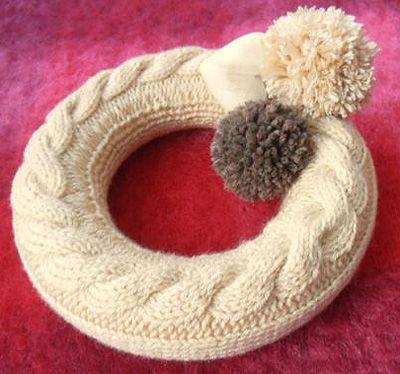 Tutoriel : Couronne de Noël en tricot avec torsade et pompons.