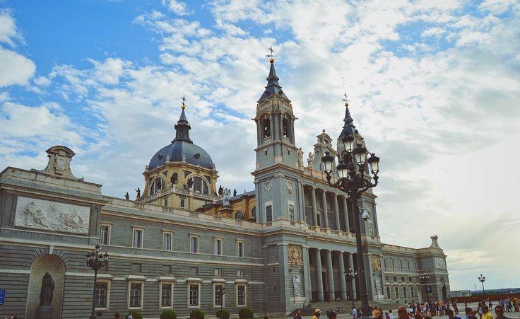 Catedral de Santa María la Real de la Almudena desde la plaza de la armería
