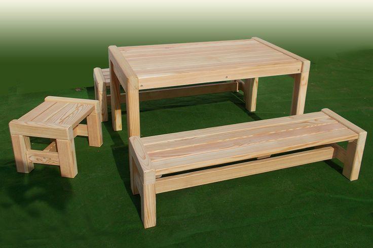 Hochwertige #Kinder_Sitzgarnitur bestehend aus Tisch und zwei Bänken aus Lärchenholz. Die #Kindersitzgruppe aus Holz ist geeignet für das Kinderzimmer, in der Wohnung und auch für den Garten.