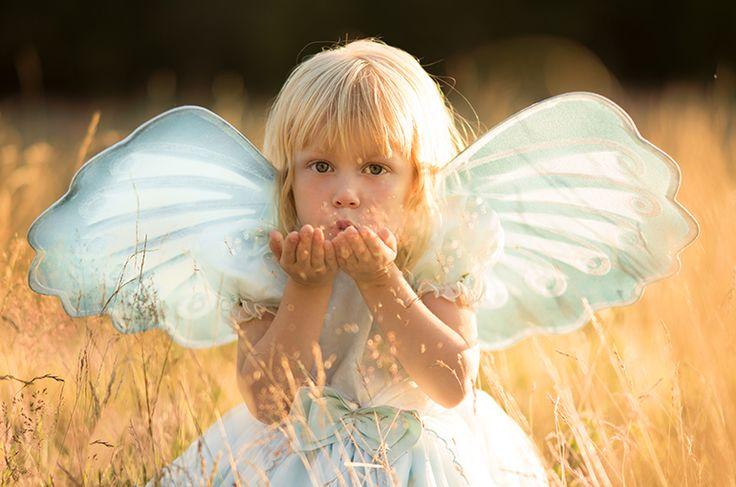 Älva. Äng. Sagobild. Saga. Fairytale. Fairy. Fairy wings. Fairy wand. Golden light. Älvstoft. Fairytale photo. Fairy dust. Meadow. By Swedish photographer Maria Lindberg.