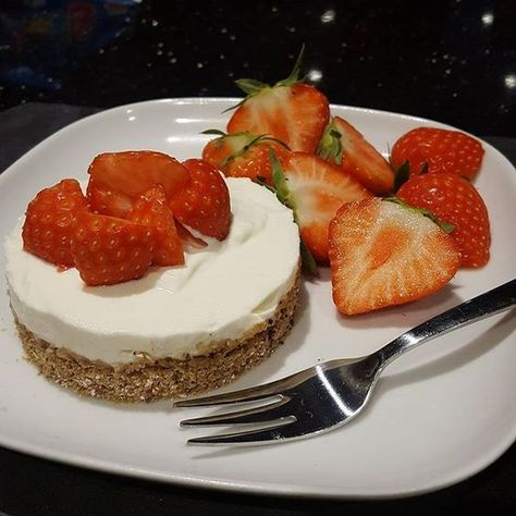 Syn free cheesecake The base is 2 x choc & fudge Alpen light bars (healthy extra B). Topped with quark, which is mixed with vanilla essence and a squirt of Tesserie caramel drops. #swuk #slimmingworlduk #desert #swdesert #slimmingworld #healthyliving #cle
