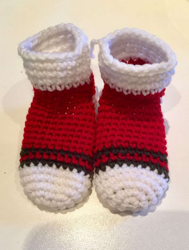 Christmas baby socks, pattern from mamachee.com