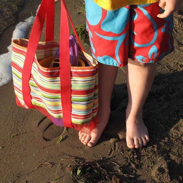 Leave the Sand at the Beach Bag by katbaro, via Flickr. Brilliant.: At The Beaches, Crafts Ideas, Bags Tutorials, Beaches Tutorials, Beach Bags, Bags Bottoms, Beaches Bags Leaves, Bags Tots, Bottoms Beaches