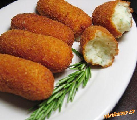 Křupavé bramborové sýrové krokety domácí výroba 1 kg bramborové kaše 50 g másla 1 cibulu 2 žĺoutky 150 g ementálu hladkou mouku 1 vejce strouhanku ( na obalovaní) sůl muškátový oříšek olej. Na másle opražíme cibulku a přímícháme ji do kaše .Přidáme žloutky, na jemno nastrouhaný ementál .Podle chuti osolíme a okořeníme.promícháme.Jak máte rádi můžete přidat nasekanou pažitku nebo petržel nať, formujeme krokety.Obalíme v trojobale a smažíme na rozpáleném oleji-nejlépe ve fritéze,