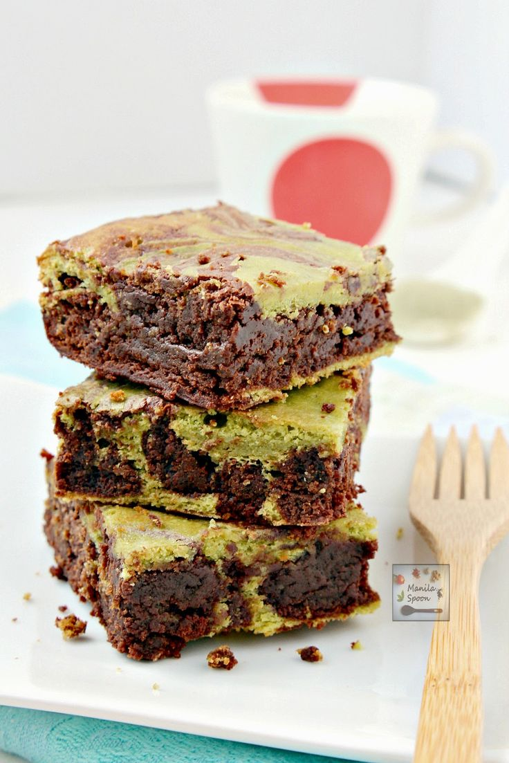 Matcha Green Tea provides a lovely contrast of flavors and colors in this delicious and fudgy brownies. One slice won't be enough! matcha green tea swirled brownies