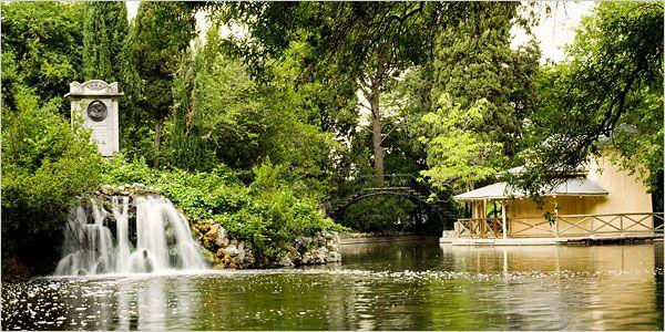 Está considerado uno de los parques más bellos de la ciudad. De sus rincones destacan la plaza de El Capricho, el Palacio, el estanque, la plaza de los Emperadores, o la fuente de los Delfines y de las Ranas.