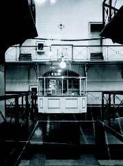 """Gerichtsgefängnis Hannover Gerichtsgefängnis Hannover  Im Gerichtsgefängnis Hannover war Platz für 124 weibliche und 690 männliche, also 814 Gefangen. In den Jahren 1936/37 war das Haus täglich mit durchschnittlich 1 019 Häftlingen belegt. Außerdem diente es bis September 1937 als Hinrichtungsstätte. Das """"Vollzugsinstrument"""" war eine von einem hannoverschen Architekten erfundene und 1871 aufgestellte """"Fallschwertmaschine""""."""