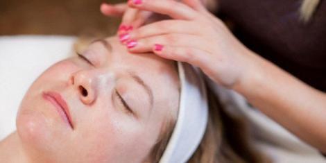 Kosmetikerin entfernt Milien