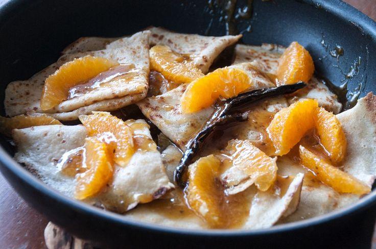 Αυτές οι κρέπες είναι μία από τις πιο αγαπημένες Γαλλικές συνταγές και έχουν σιρόπι από καραμέλα και πορτοκάλι ή μανταρίνι! Αν στο τέλος τις φλαμπάρουμε και με λίγο κονιάκ γίνον...
