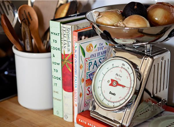 love the scale holding onions.Kitchens Scales, Book Display, Kitchens Decor, Cottages Kitchens, Decor Ideas, Vintage Kitchens, Vintage Scales, Kitchens Ideas, Kitchens Counter