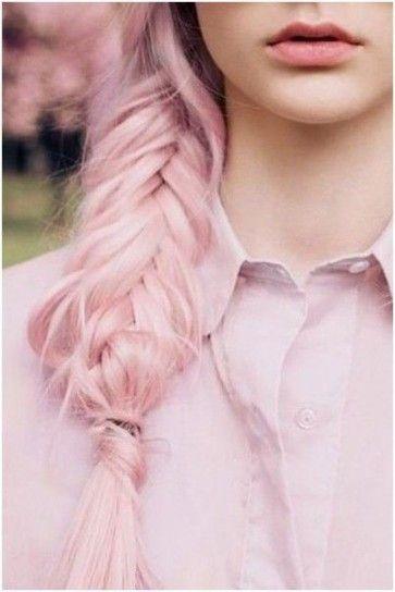 Treccia a spina di pesce con capelli rosa