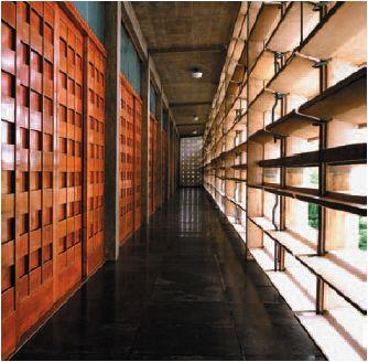 Design de Antonin Raymond et George Nakashima – Corridor intérieur de Golconde, Ashram de Sri Aurobindo, Pondichéry, Inde. (1935), travaux terminés en 1942.
