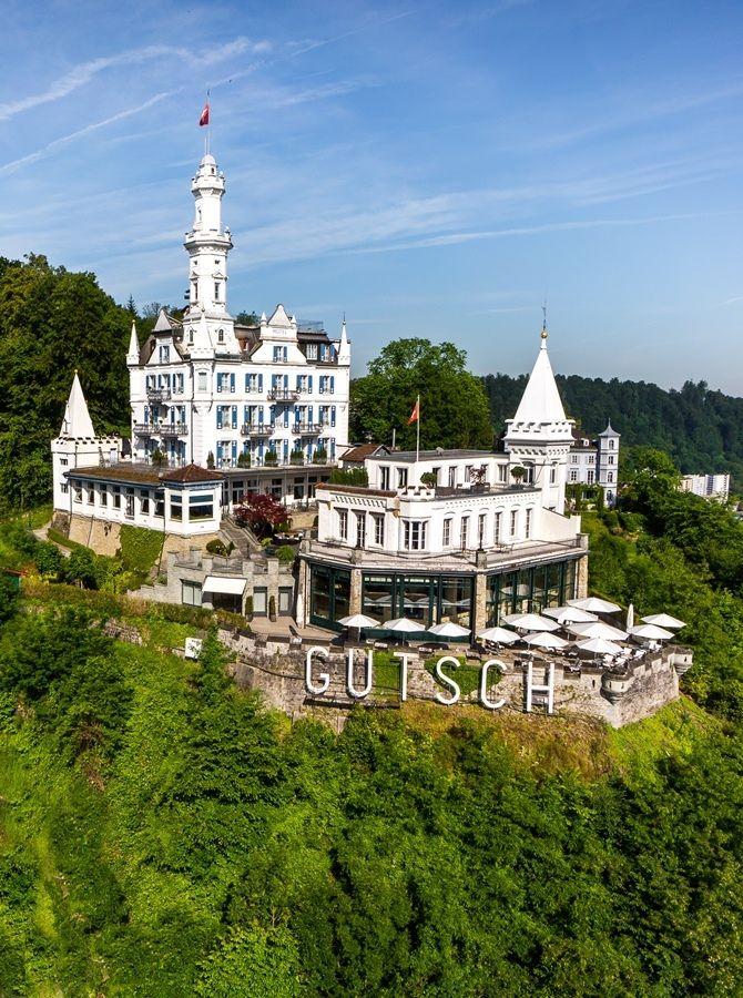Com espectaculares vistas panorâmicas sobre a cidade histórica de Lucerna, o lago e as montanhas Vierwaldstätter, o Gütsch é amplamente conhecido como um dos mais belos locais para a localização de um hotel. O antigo estabelecimento foi adquirido pelos milionários russos Alexander Lebedev e seu filho, com o objetivo de restaurá-lo e recuperar a sua… Leia mais Château Gütsch é reinventado por Martyn Lawrence Bullard