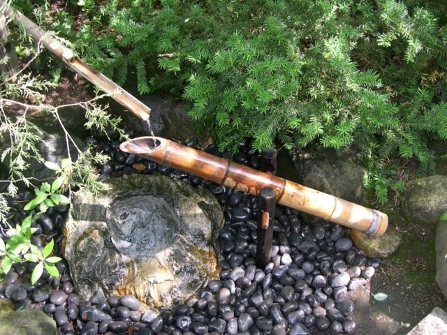 fontaine en bambou en tant que déco pour le jardin