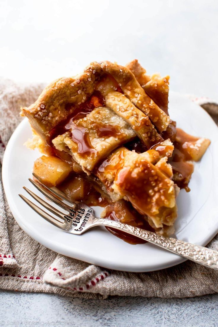 Sweet and succulent cinnamon pear pie with homemade caramel and a buttery pie crust! | from Sallys Baking Addiction