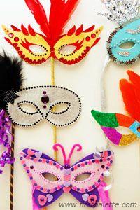 Kolumbīnes maska maskarādei (vēl ļoti tipiska maska, kas nosedz tikai acis, ir medico della peste (mēra ārsts) - ar garu degunu).