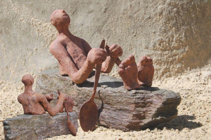 Marianne van den Berg, Roeien met de riemen die je hebt I, ceramic patinated 17 x 31 x 15 cm