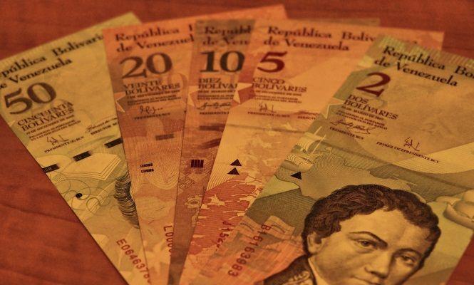 Venezuela podría estar preparando la emisión de nuevos billetes de 500 o hasta 1.000 bolívares. Y es que a día de hoy 100 bolívares (el billete de mayor denominación) equivalen a unos 14 centavos de dólar en el mercado negro de divisas (que refleja el tipo de cambio que marca el mercado) lo que ha provocado que los billetes más pequeños queden inservibles.