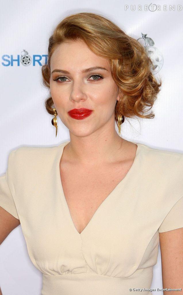 Tendance crantée chez les stars     Scarlett Johansson opte pour un cranté lumineux assorti d'une bouche rouge de pin up