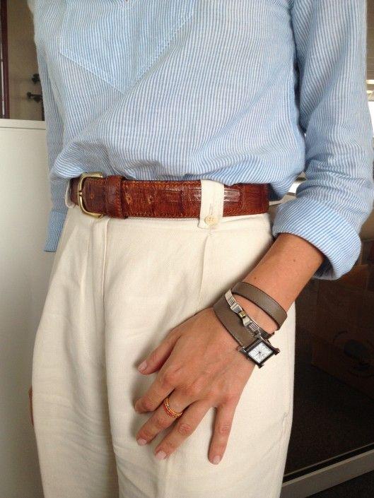 Photo de Sophie Fontanel pour le DailyELLE pantalon-blanc-ceinture-camel-classe-parisienne