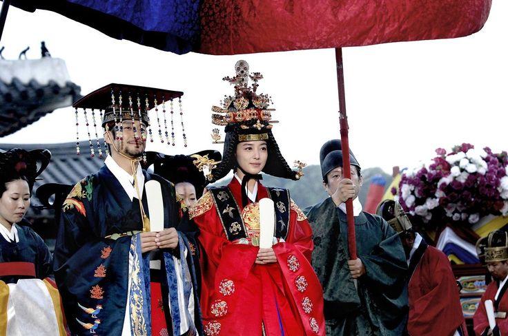 A világszerte ismert hagyományos koreai hímzés kezdetei a történelem előtti időkbe nyúlnak vissza, amikor csontból készült tűvel bőrre, fakéregre, egyebekre varázsoltak mintákat. Később fém tűkkel, más anyagokra, főként selyemre hímeztek. Szöulban 1976 óta működik egy…