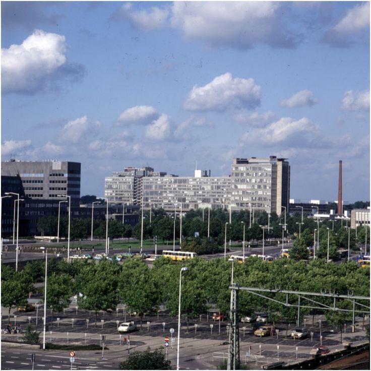 Panorama van Fellenoord en Technische Hogeschool-complex gezien vanaf het spoor. Op de voorgrond parkeerplaats tussen Boschdijktunnel en vestdijktunnel  Bijvank, G.J. (fotograaf) - 1975-1982
