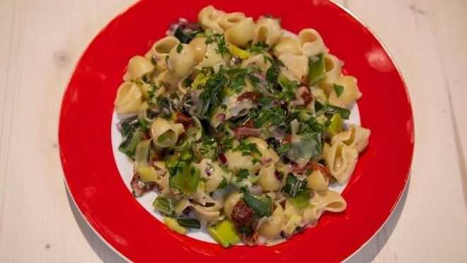Romige prei-pasta  met olijven, zongedroogde tomaten en kaassaus | 24Kitchen