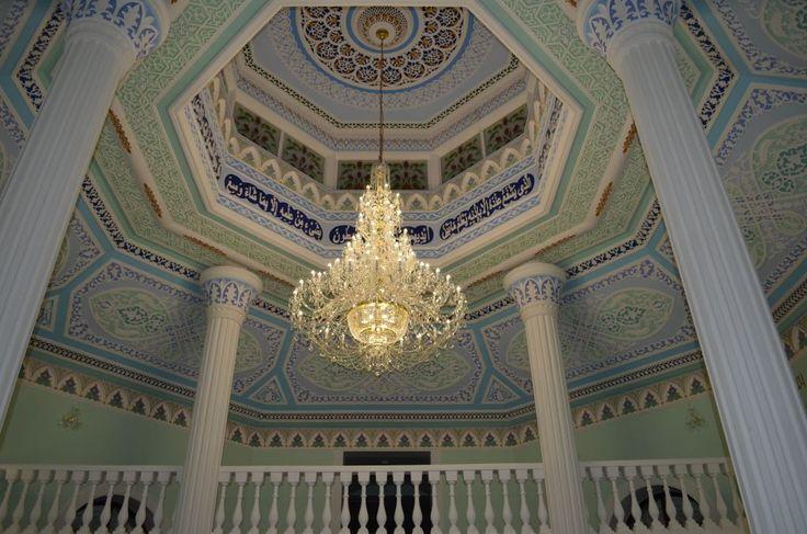 Люстра в мечети Чишминского района (Башкирия) http://www.lustra-market.ru/blog/lyustra-v-mecheti-chishminskogo-rajona-bashkiriya/  Прекрасная мечеть в Чишминском районе Башкирии открыта совсем недавно, в ноябре 2014 года. Для верующих этого района Башкирии открытие новой соборной мечети стало настоящим праздником, ведь в последний раз мечеть здесь открывали очень давно – более 20 лет назад. Новенькая мечеть получила имя «Хаджи Хусаин-бек азрата», в честь одного из великих исламских…
