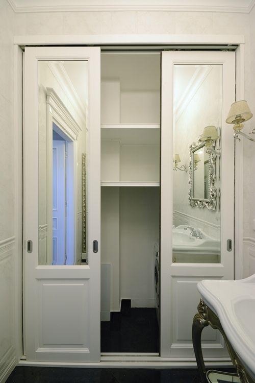 Деревянный шкаф с зеркальными дверцами для ванной комнаты