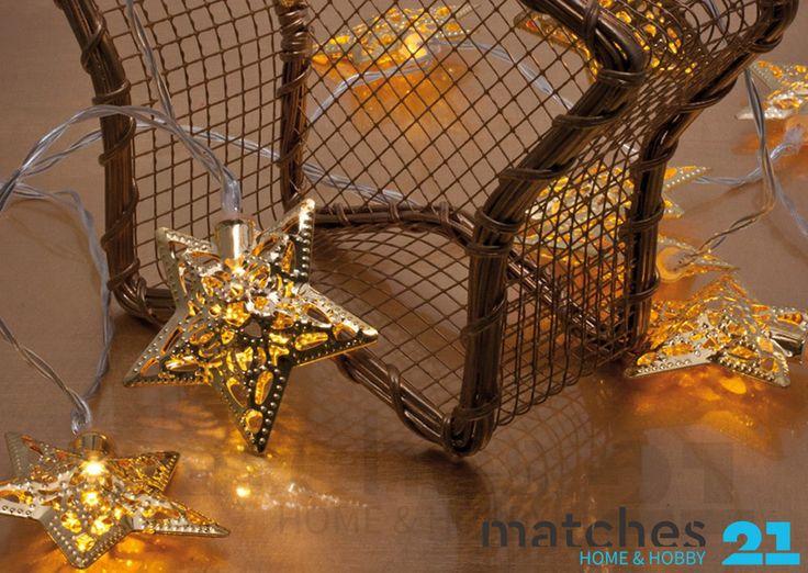 Moderne Lichterkette mit LED Technik und goldfarbenen Metallsternen Warmweißes Licht, transparentes Kabel Maße: Gesamtlänge 140 cm, Zuleitung 30 cm, Kerzenabstand 15 cm, Kerzenhöhe 6,5 cm Mit praktischem Ein-/Aus-Schalter Betrieb über 2 Mignon Batterien (nicht im Lieferumfang)