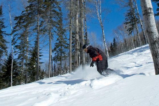 MONT GRAND-FONDS - Du grand ski à petit prix ! Au Mont Grand-Fonds, le visiteur doit se préparer à découvrir avec enchantement le vrai sens des plaisirs de l'hiver ! Vive la neige naturelle qui tombe en abondance !  Une moyenne de 650 cm annuellement. Pas de glace, pas de faux plats, une dénivellation de 335 mètres, 14 pistes toutes catégories, trois sous-bois, un parc à neige, et surtout, aucune attente aux remontées mécaniques.