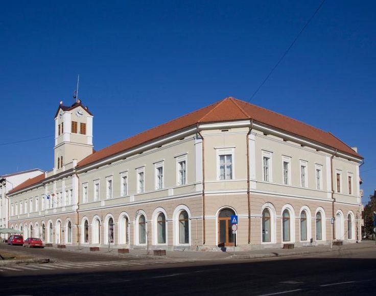 Clădirea Bazarului (1869-1870), azi spații comerciale (parter) și galerie de artă (etaj), Piața Libertății 2-4, Sfântu Gheorghe