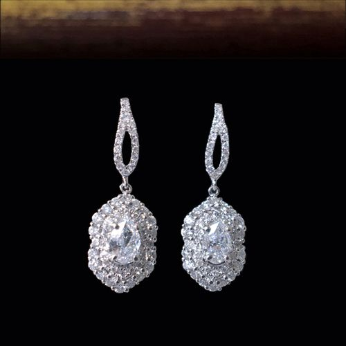 Серьги с бриллиантами. Белое золото 750 пробы. Центральные бриллианты чистые белые бриллианты по 0.3 карата, грушевидной огранки. Общий вес всех бриллиантов 1,11 карат.  Артикул: A4159